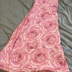 Gorgeous XL skirt w/ roses. Super soft & stretchy